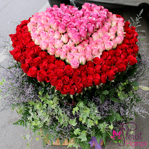Heart by roses in Hanoi flower shop
