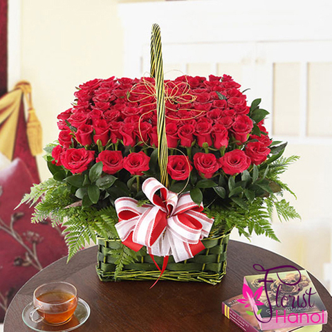 Red rose flower arrangement for love