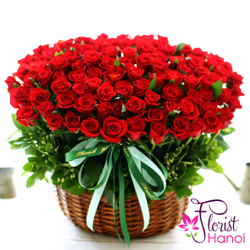 100 red roses arrangement for Christmas